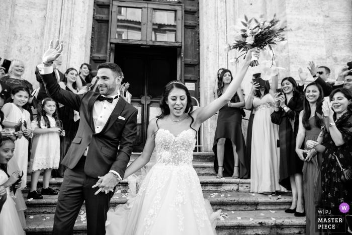 Image de la cérémonie de mariage à l'église Santa Maria della Vittoria de la mariée et du marié quittant l'église en tant que mari et femme.