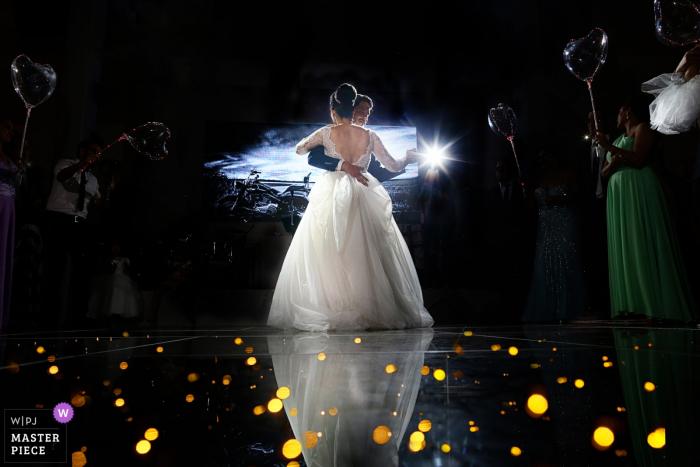 Jacaúna Eventos Hochzeitsfoto der Braut und des Bräutigams auf der Tanzfläche bei ihrer Empfangsparty.