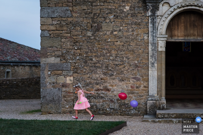 Auvergne-Rhône-Alpes wedding photography | The little girl playing with balloons