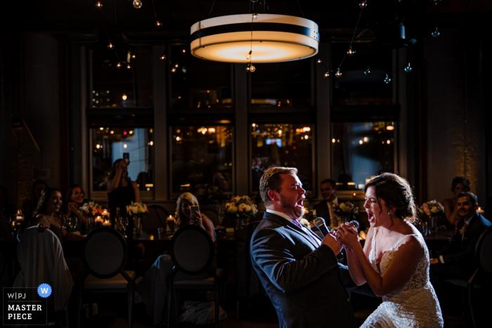 River Roast, Chicago, IL trouwfotograaf - afbeeldingen van de eerste karaoke van de bruid en bruidegom