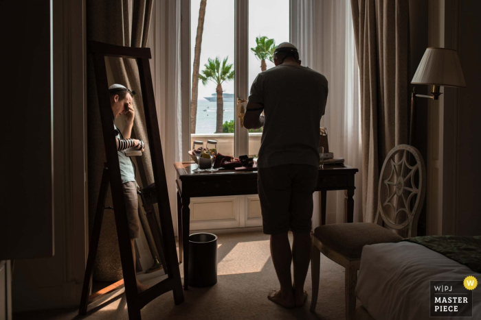 Landes wedding photographer - Images of the groom performing a prayer with tefilin in early morning