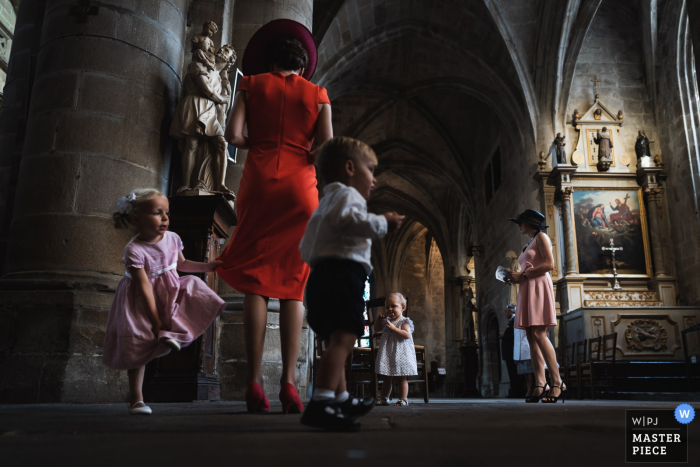 Dinan's church, Brittany, France Photographer | Children during wedding ceremony