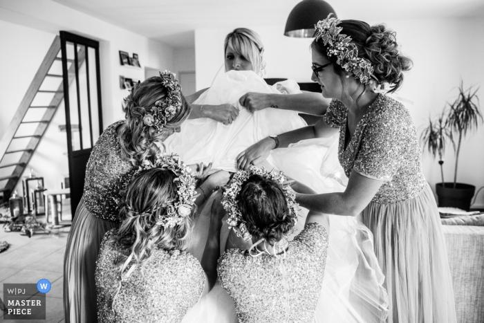 Photographie de mariage Hauts-de-France: À la maison, Habillage de la mariée - Action Photos