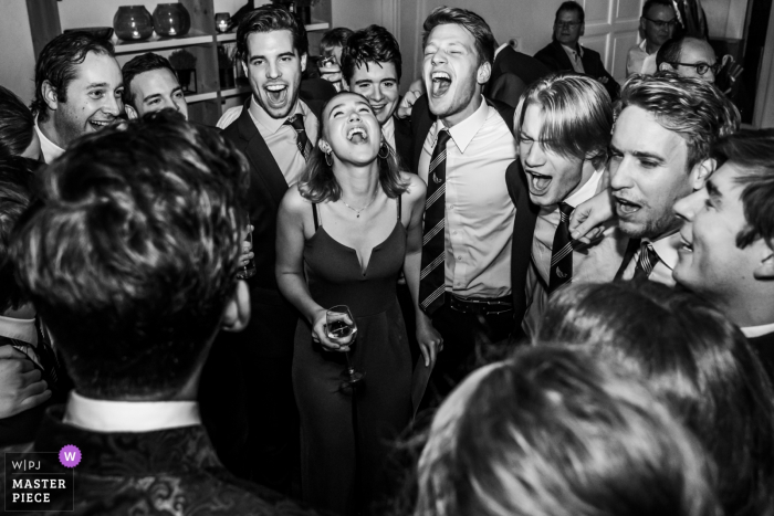 Slot Doddendael, Nijmegen, Wedding Venue | Photos of friends of the wedding couple are singing for them