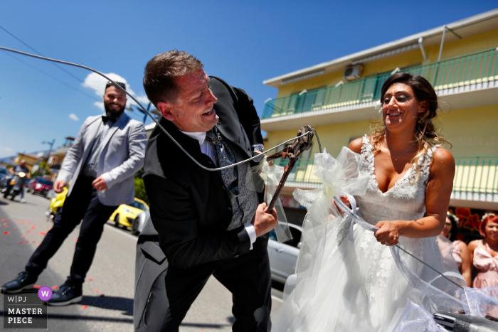 Coutumes et traditions. Guardia Sanframondi, Bénévent, Italie. (Terre de vin) Après le lancer du riz, les nouveaux mariés avaient l'habitude de faire un tour du pays en plat principal, où les attendent leurs habitants qui, pour fêter les nouveaux mariés, ferment le chemin.