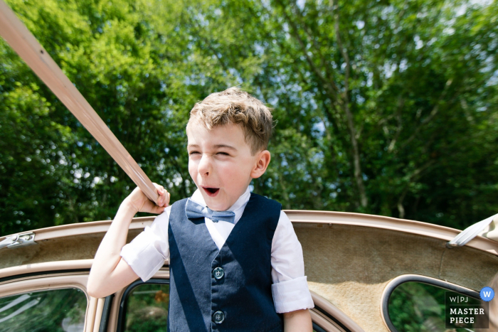 France wedding photography - On the road to the ceremony - Kid having fun