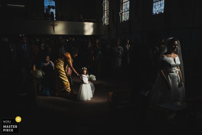 St. Erconwald's Church, Surrey Hochzeitsbilder - Ein Blumenmädchen im Sonnenlicht gefangen
