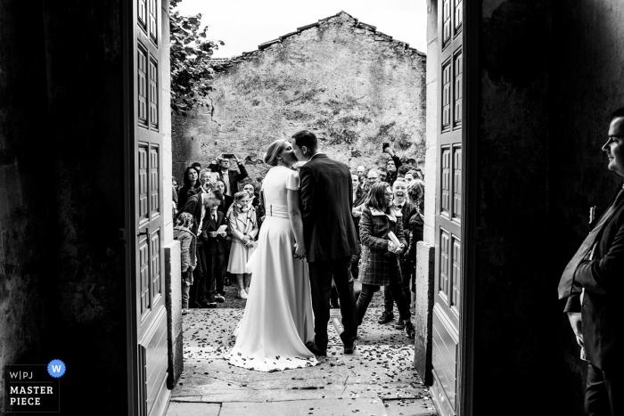 Grand Est Hochzeitsfotograf | Ausstieg aus der Kirche, als Bruder seiner Schwester nach der Kirche einen Blick zuwirft