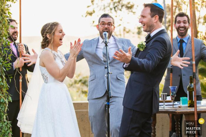 Der Brandeis-Bardin Campus der American Jewish University, Brandeis, Kalifornien Das frisch verheiratete Paar feiert mit seinem Rabbiner und seinen Verwandten unter der jüdischen Chuppa.