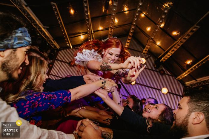 Vinícola Laurentia - Barra do Ribeiro - Brasil | Wedding reception party photographer capturing action shots