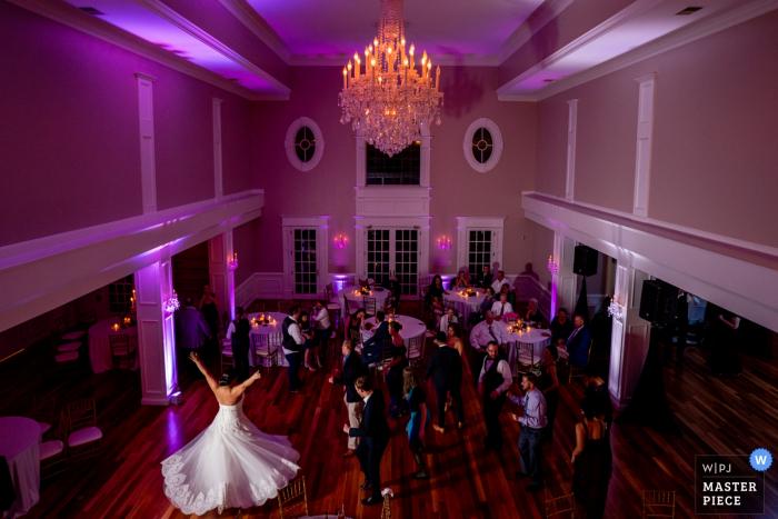 La novia gira y hace que su vestido se destelle en la pista de baile. Fotógrafo de bodas para Rose Hill Manor, Raspberry Plain, sede del evento de Leesburg VA