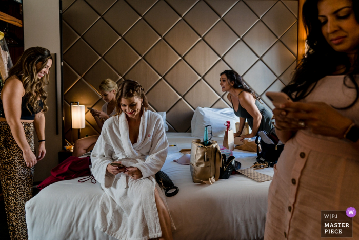 Taormina wedding photos | Getting ready with the girls and the bride