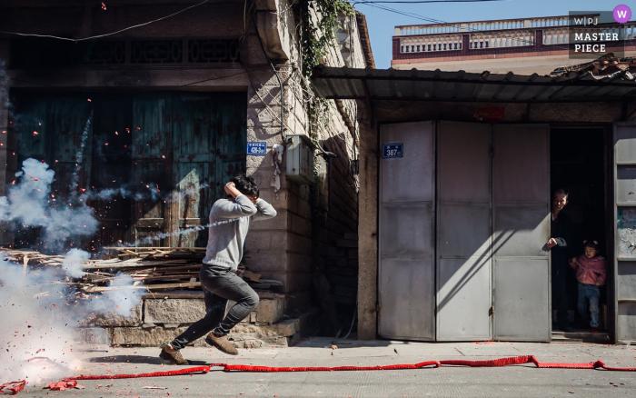 Fujian Bridegroom's door wedding pictures | The bridegroom's family is setting off firecrackers