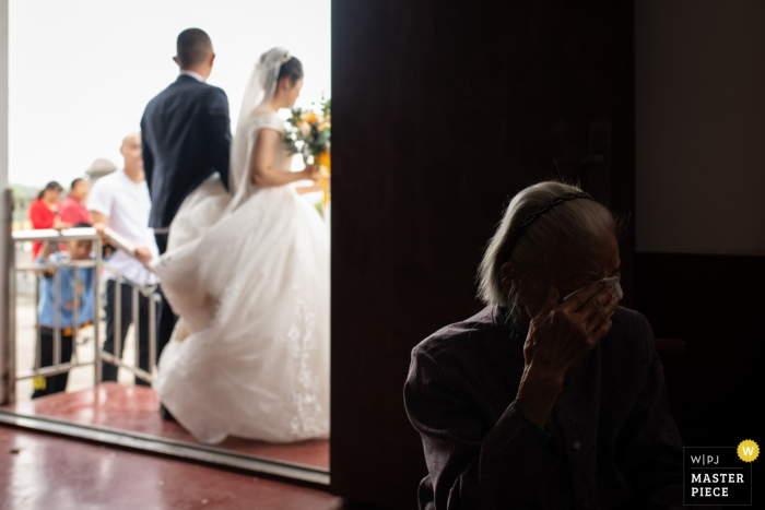 changsha wedding moment - photography at the ceremony with crying relative and bride and groom