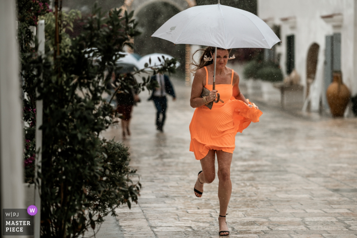 Apulia Wedding Photographer | Before the ceremony, a race in the rain