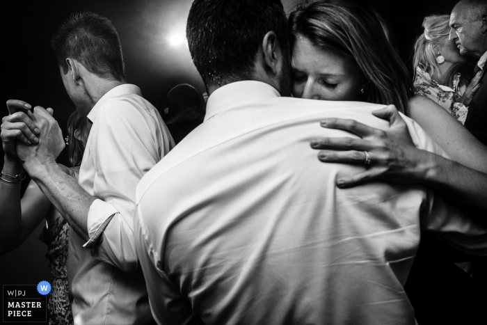 Flanders wedding reportage – Reception venue pictures | Close-up during a slow dance