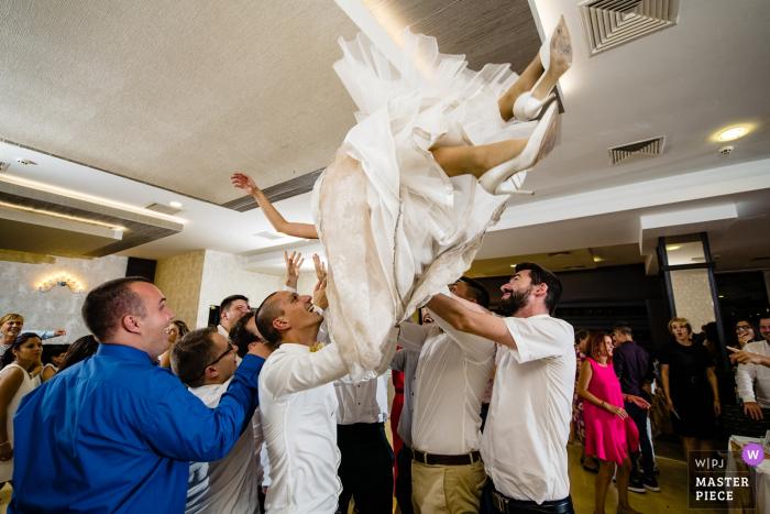 赫姆斯酒店,保加利亚弗拉察的婚礼场地上飞舞的新娘的照片
