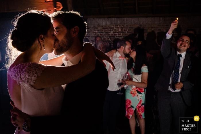 Braut und Bräutigam haben einen Moment zusammen bei ihrer Hochzeit in Bornem.