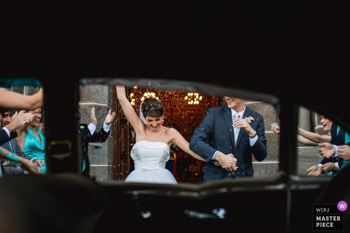 Exit of the bride and groom from the church inside the car at Igreja Matriz de Gramado