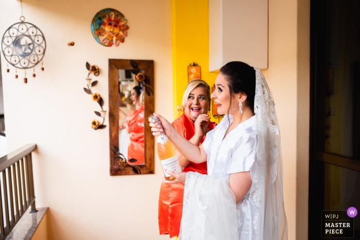 Igreja nossa senhora do Outeiro - Rio de Janeiro - RJ wedding photographer: When the cork decides to appear in the photo.
