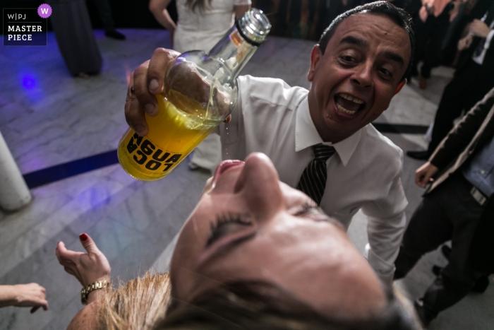 Venezuela reception venue wedding photographer: Have a drink!