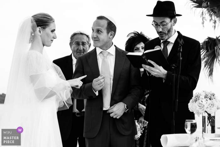 Nouvelle-Aquitainewedding ceremony photo: humor...complicity of the newlyweds
