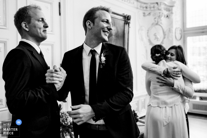Wedding in Aachen - Black and White hugs - Emotion Photography