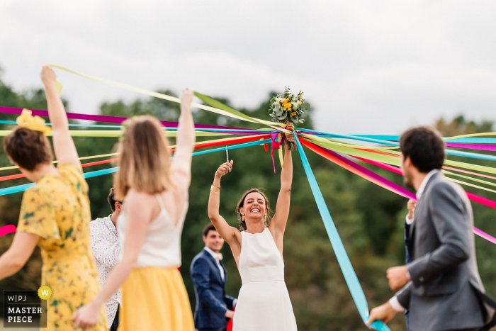 The bride cuts the ribbon to know who is the next to get married | Bergerac, France wedding venue