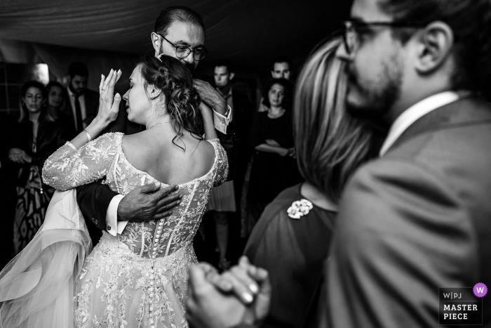 Socerb Castle, Slovenja Bild enthält: Tanz mit den Eltern bei der Hochzeitsfeier.