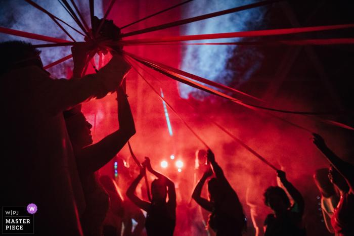 Hochzeitsfotograf aus Viseu, Portugal: Bouquet-Spiele unter roten Lichtern und Nebel.