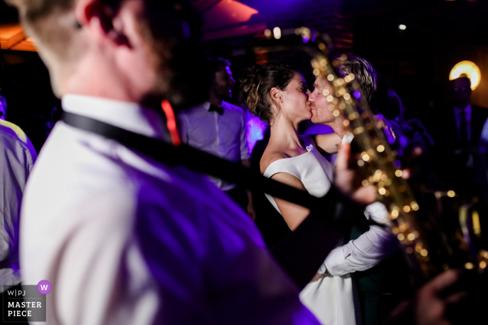 Île-de-France reception venue for wedding photography - Bride and Groom's kiss on the dance floor