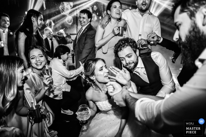Madero Eventos - Americana	photography - everybody singing at the wedding