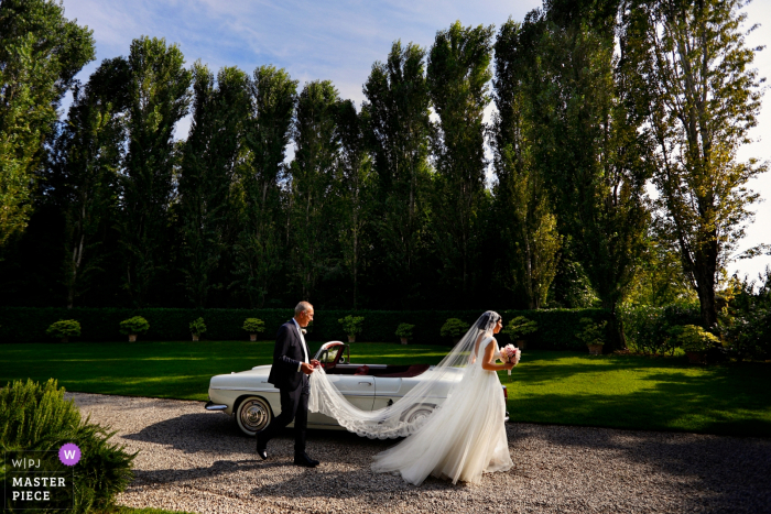 Convento dell'Annunciata, Medole, Mantova| The bride heads past the car and Towards the church.
