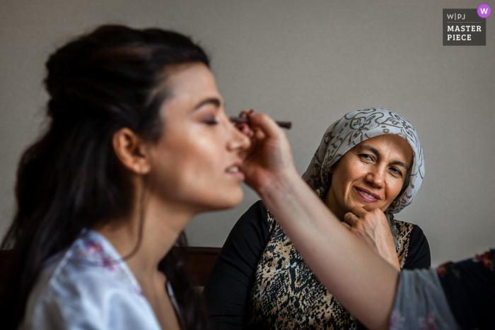 Türkei Home Fotografie am Hochzeitstag | Mutter beobachtet Braut, wie sie Make-up macht