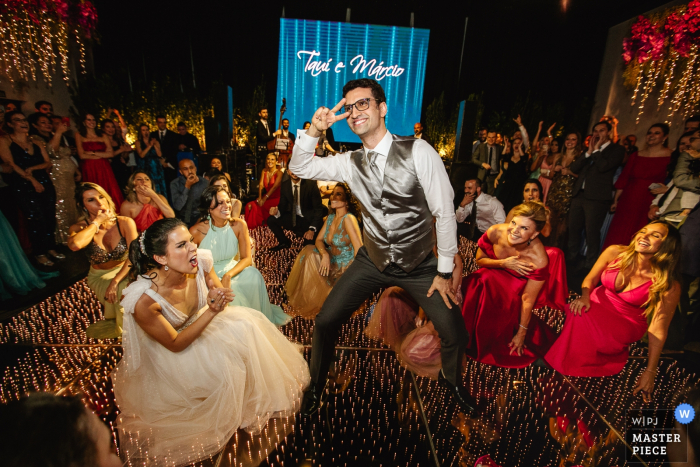 Mahala Eventos - Porto Alegre - RS | wedding photo of the groom dancing for the bride and her friends