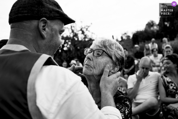 NL wedding photography from an outdoor Noord Brabant Ceremony - Saying thank you to one of the parents and in the background the other guests are crying too