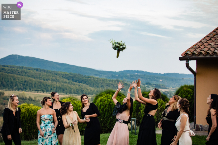 during the throwing of the bouquet, the bride's sister goes away to not receive it at Borgo San Faustino - Orvieto/reception venue
