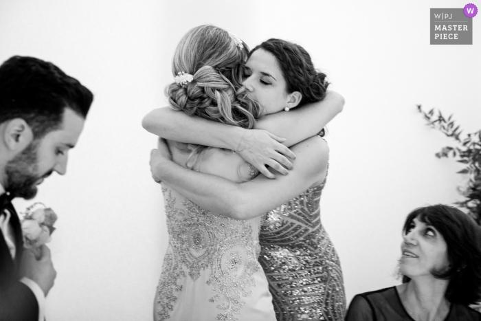 Île-de-France wedding reception image of the sister's hug after speech