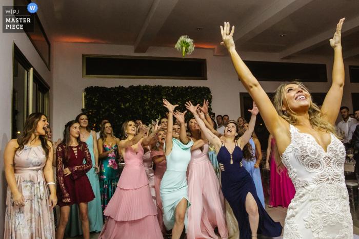 Image of the Bride throwing the bouquet at Casa dos Noivos - Xangri-lá - Brazil