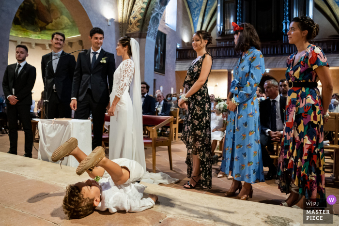 Wedding photography from Montpellier, France of a funny kid at church
