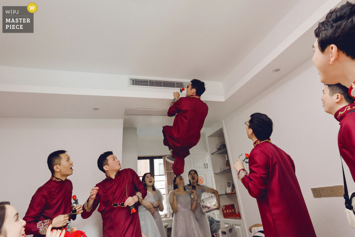 The best men are looking for wedding shoes in the room in Fujian