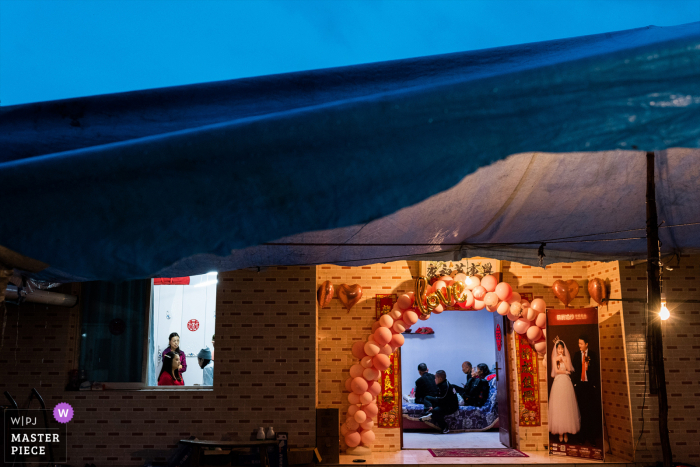 """Sichuan wedding photographer, """"I observed that this is a blue and yellow contrast environment, the bride on the left is making up, the bride's family is waiting in the room on the right, and the group photo of the newlyweds is on the right"""""""