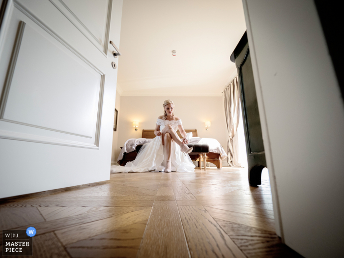 Villa Necchi alla Portalupa wedding image of the bride getting ready by putting on her shoes