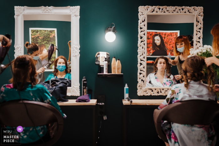 Herault wedding photographer shooting images at the hair salon Carcassonne France of the bride and her mom