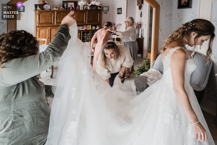 A Savoie wedding photographer captured this image in  Chambery of the wedding preparation scene with bride, sister, mother and grandmother