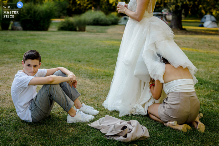 An Occitanie wedding photographer made this picture at Domaine de Saint Michel, Giroussens, France showing some small problem of dress
