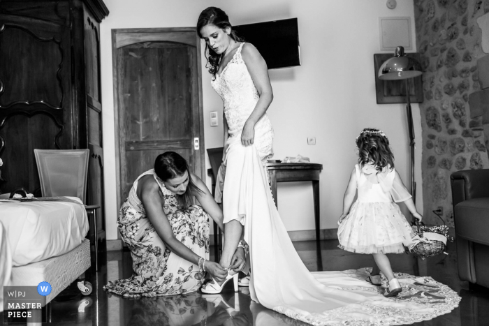 Wedding photography from Auvergne-Rhône-Alpes during the getting ready at Home - Beautiful dress mom