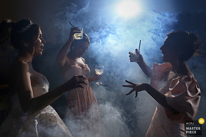 A Goias wedding photographer created this party night dancing image at the venue of Villa Borguese Anápolis