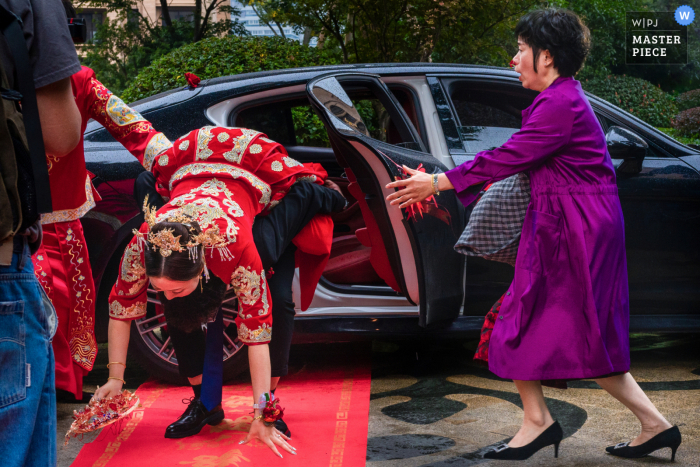 China wedding photo of the groom dropping the bride on the red carpet - Accept relatives