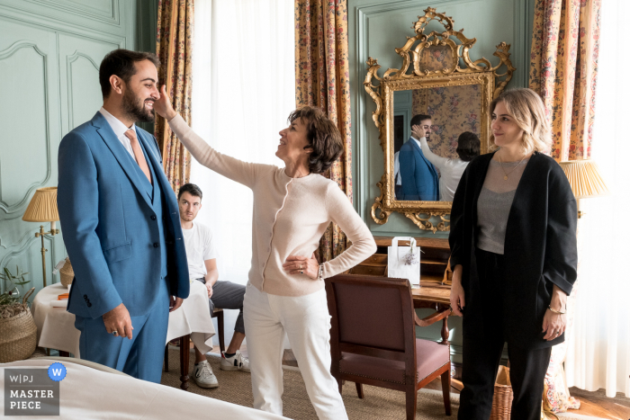 Wedding photography from Avignon - Hôtel la Mirande as the Groom is getting ready